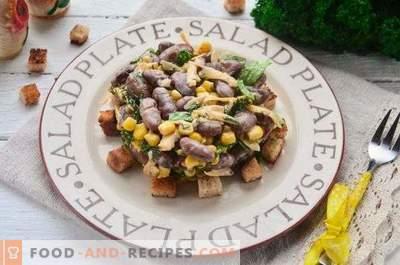 Салата с фасул, бисквити, царевица и сирене