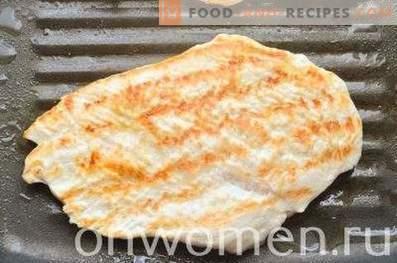 Сандвич с ръжен хляб, гърди и краставици