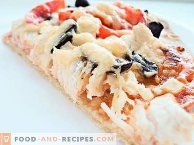 Pizza mit Hühnchen und schwarzen Oliven