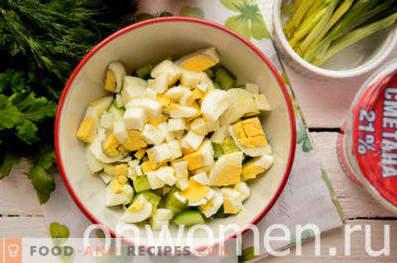 Салата с див чесън, яйца и краставици