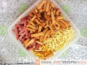 Салата с кириешками, пушена наденица и царевица